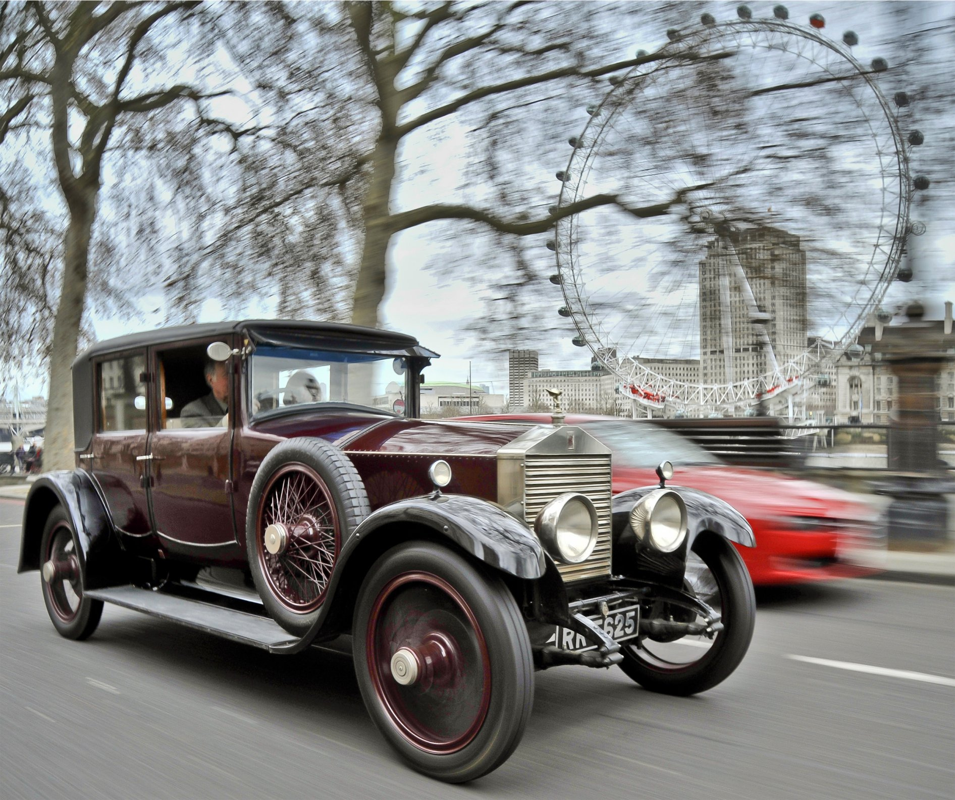 100 Rolls-Royce Cars Parade Through London | superyachts.com